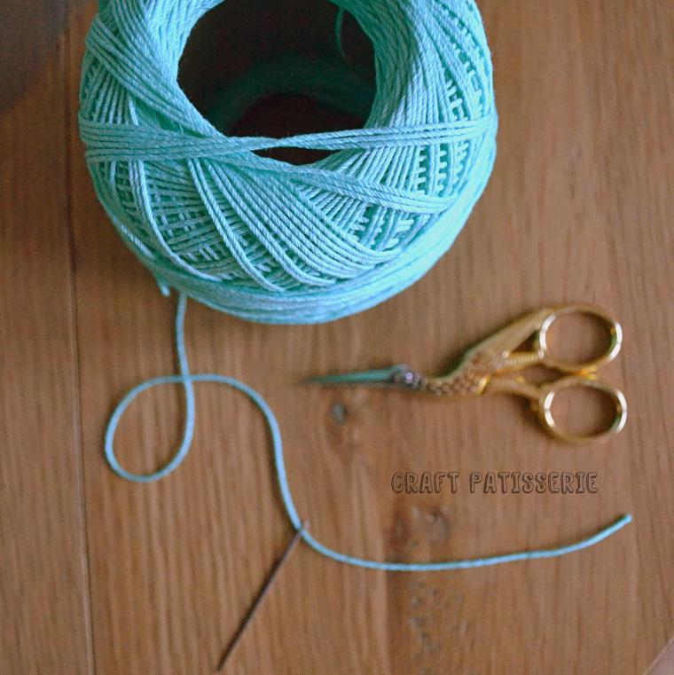Ho usato del cotone spesso da uncinetto e un ago adatto