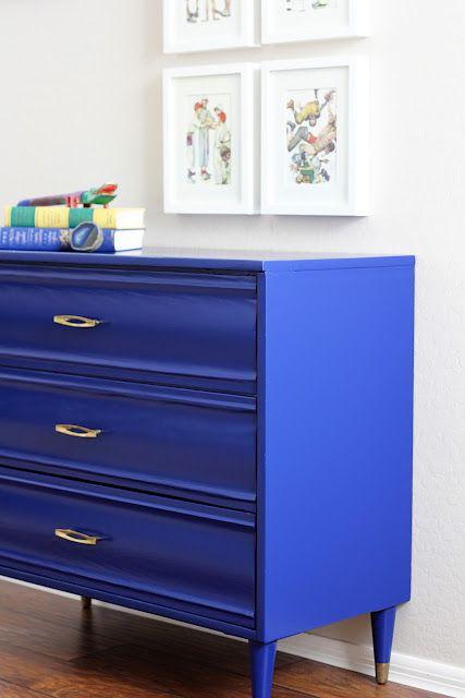 Una cassettiera blu! Perfetta in una camera da letto moderna. Fonte qui