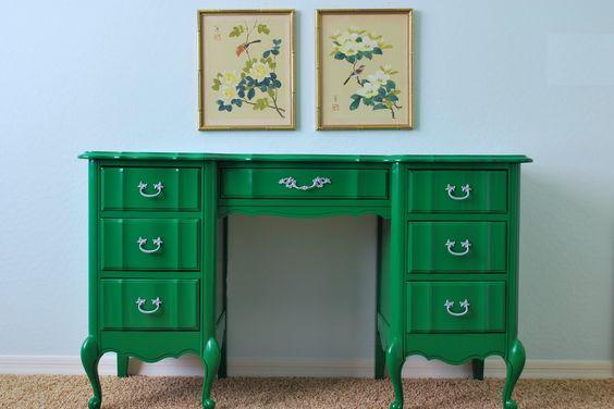 Concludo in bellezza con una scrivania verde smeraldo! Non poteva mancare nella mia palette un po' di verde. fonte qui